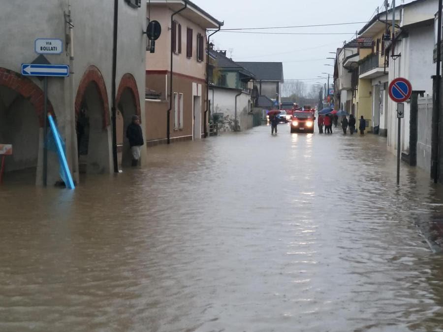 La piena del Po e dei rii minori ha mandato sott'acqua Carde', il primo paese della pianura Padana nel Parco del Po Cuneese. (ANSA)