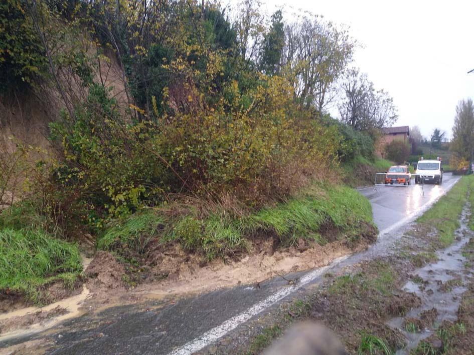 E' la provincia di Alessandria, già colpita dal maltempo nelle scorse settimane, la zona in cui le nuove precipitazioni stanno creando i maggiori disagi. Nel sobborgo alessandrino di Spinetta Marengo si registrano allagamenti per l'esondazione del rio Lovassina. Per lo stesso motivo, nella vicina Litta Parodi, chiusa via Frugarolo. A Castellazzo Bormida, a pochi chilometri dal capoluogo, chiusa la strada comunale che conduce alla frazione Fontanasse. (ANSA)