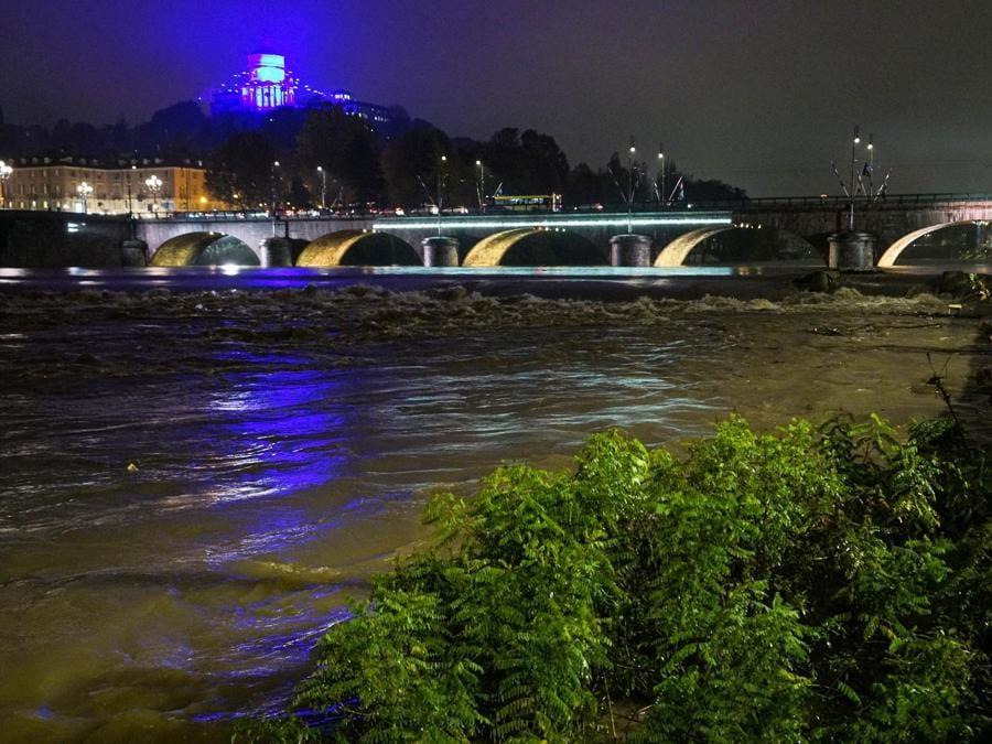 La piena del fiume Po, Torino. (ANSA/TINO ROMANO)