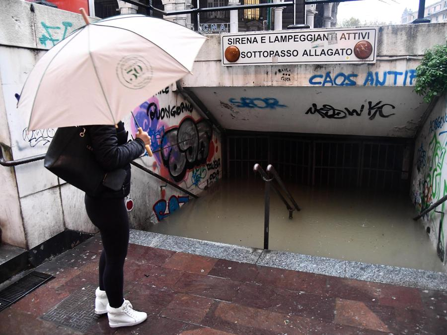 Un sottopasso allagato nella zona di Sampierdarena a Genova. (ANSA/LUCA ZENNARO)