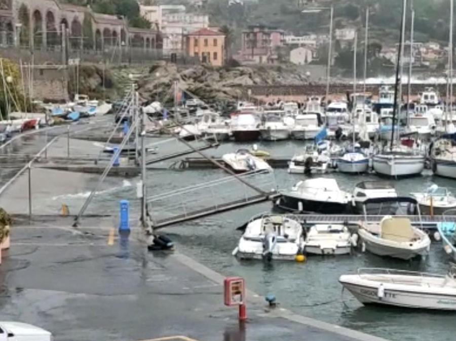 Un'immagine della mareggiata a Bordighera. (ANSA)
