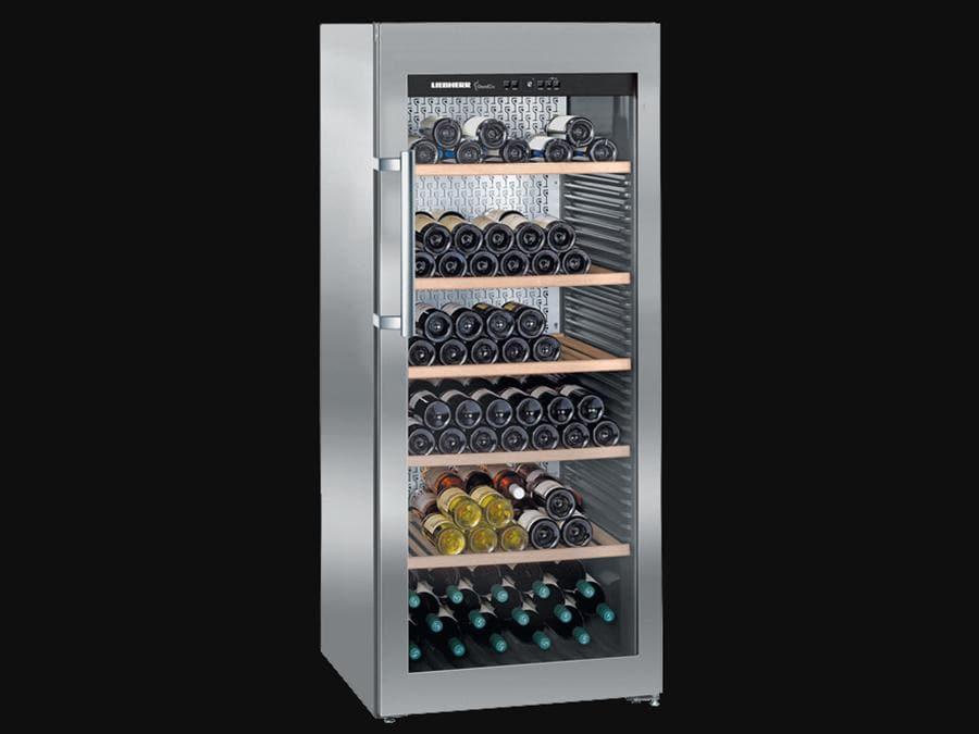 Liebherr, cantina climatizzata WKes 4552 GrandCru. Le cantine climatizzate GrandCru offrono condizioni analoghe a quelle di una cantina tradizionale. A seconda delle esigenze, la temperatura della cantina può essere regolata tra +5 °C e +20 °C; queste cantine sono quindi ideali per la conservazione a lungo termine e l'invecchiamento dei vini. Il modello nella foto può ospitare un massimo di 201 bottiglie da 75 cc