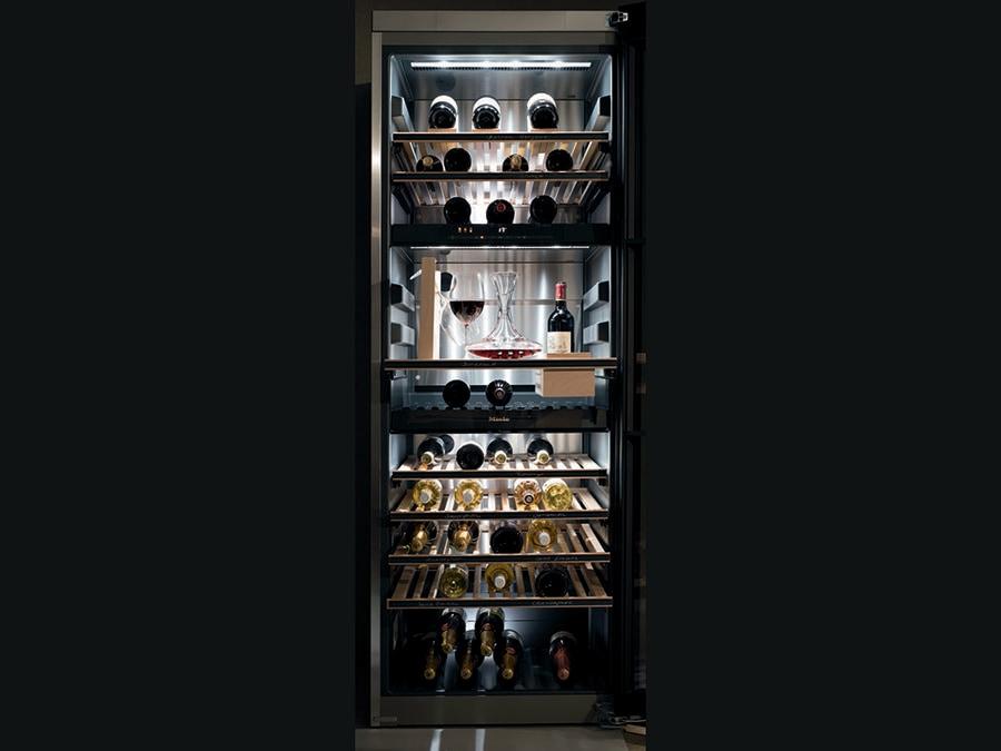 Miele, Kwt 6834 Sgs. Frigo climatizzato a posizionamento libero con tre zone di temperatura separate, filtro AirClean a base di carboni attivi e chitosano per prevenire la formazione di odori, luci Led a filo per illuminare l'interno, frontale in vetro fumé per proteggere il vino dai raggi UV. Il kit sommelier consente di raffreddare i bicchieri, decantare il vino e mantenerlo alla giusta temperatura