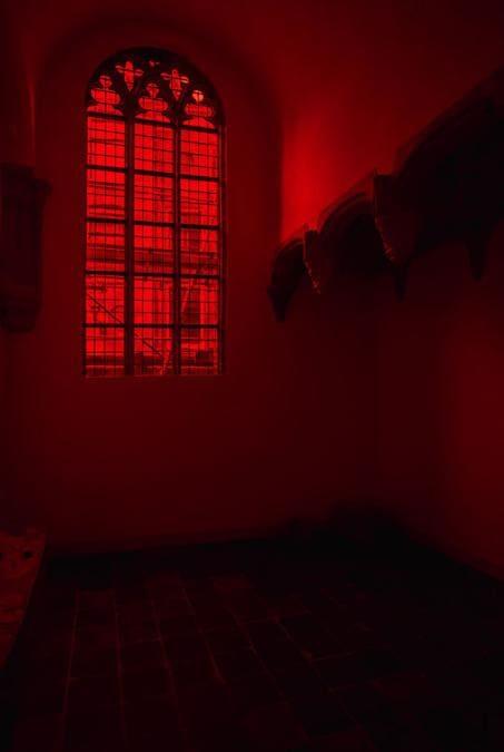 GIORGIO ANDREOTTA CALÒ - Anastasis -  Vetro di colore rosso soffiato a bocca e piombatura - 156 x 387 cm - Fotografia analogica b/n e filtro inattinico rosso - 50,5 x 61 cm (Foto: Maarten Nauw, courtesy Oude Kerk e Giorgio Andreotta Calò)