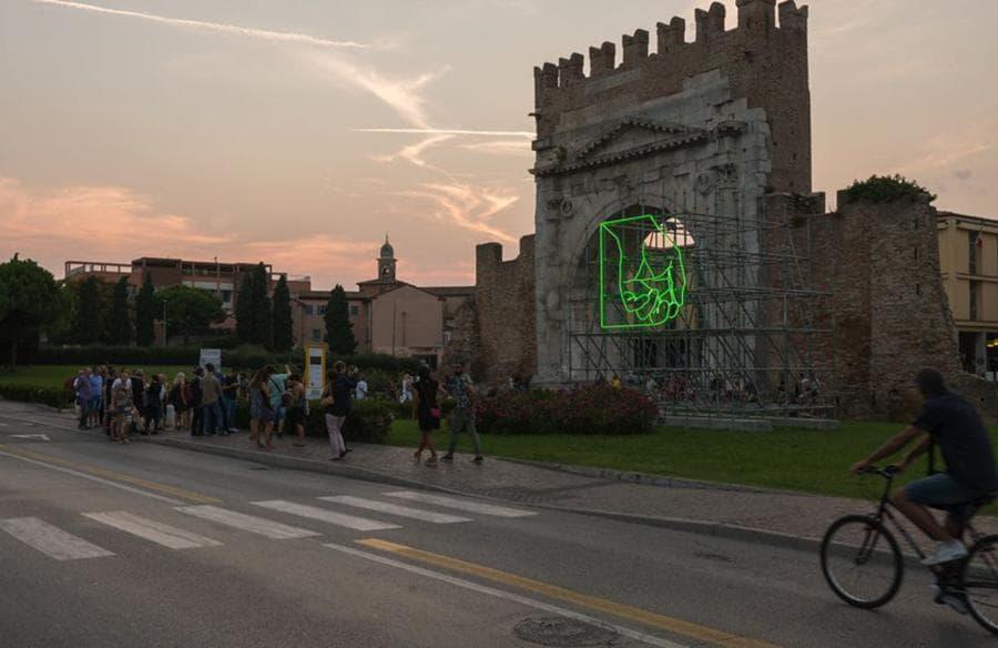 PATRICK TUTTOFUOCO -  ZERO (Weak Fist) - Scultura in neon verde e struttura d'acciaio - 300 x 300 x 25 cm - (Foto: Luca Ghedini, courtesy Xing)