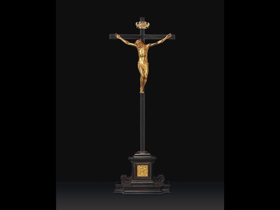 """Proprieta della colleazione Michael Hall. Gasparo Mola (Firenze 1571-1640 Roma), Firenze, circa1597-1606. «Cristo morto» Stimato  Gbp  200,000 - Gbp 300,000 (Usd 257,600 - Usd 386,400). Prezzo realizzato Gbp 671,250. Figura in oro su croce in ebano originale, intarsiata con filo d'oro, sormontata da un cartiglio in oro parzialmente smaltato con l'incisione  «INRI», la base in ebano è decorata con una placca d'oro raffigurante il """"Lamento"""""""