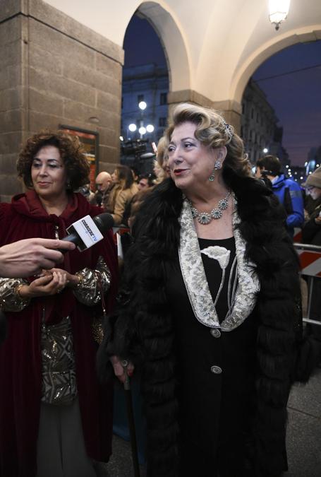 Ospiti all'ingresso esterno del Teatro alla Scala, entrano per assistere alla Prima della Tosca. Nella foto Diana Bracco (Marco Passaro/Fotogramma)
