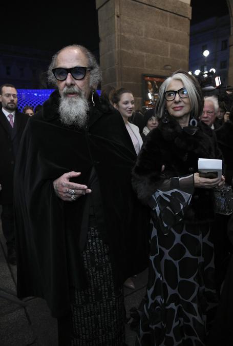 Ospiti all'ingresso esterno del Teatro alla Scala, entrano per assistere alla Prima della Tosca. Nella foto Roberto D'Agostino (Marco Passaro/Fotogramma)