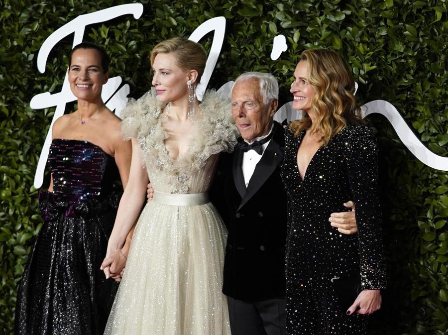 Da sinistra, Roberta Armani, Cate Blanchett, Giorgio Armani e Julia Roberts in Armani Privé (EPA/WILL OLIVER)