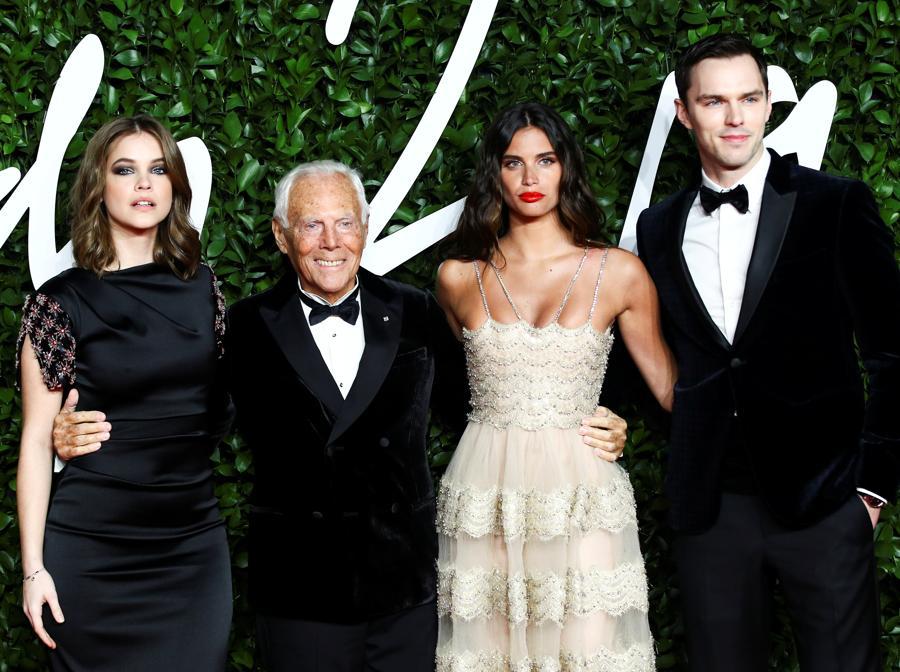 Da sinistra Barbara Palvin, Giorgio Armani, Sara Sampaio e Nicholas Hoult. (REUTERS/Lisi Niesner)