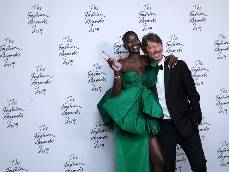 Adut Akech (in Valentino Haute Couture) con Pierpaolo Piccioli (Photo by ISABEL INFANTES / AFP)