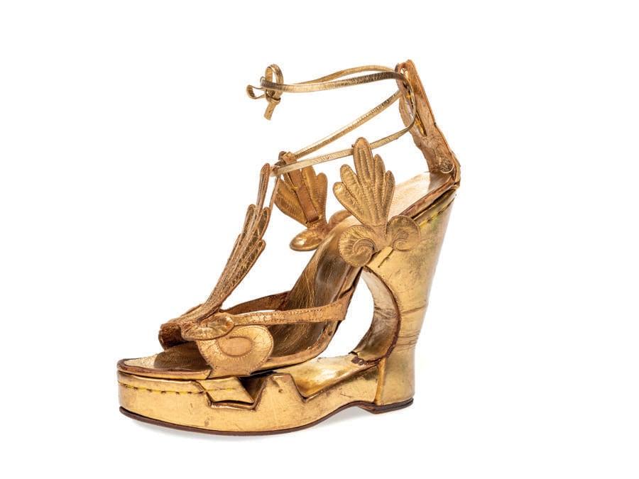 Rivisitazione di sandalo antico, su platform, 1961, pelle, cuoioPompei 2000 Srl, Formello (RM). Nato dalla creatività di Irene Sharaff, questo sandalo è stato realizzato dal calzaturificio POMPEI per il personaggio Cleopatra, interpretato da Elizabeth Taylor diretta da Joseph L. Mankiewicz nel film Cleopatra del 1963