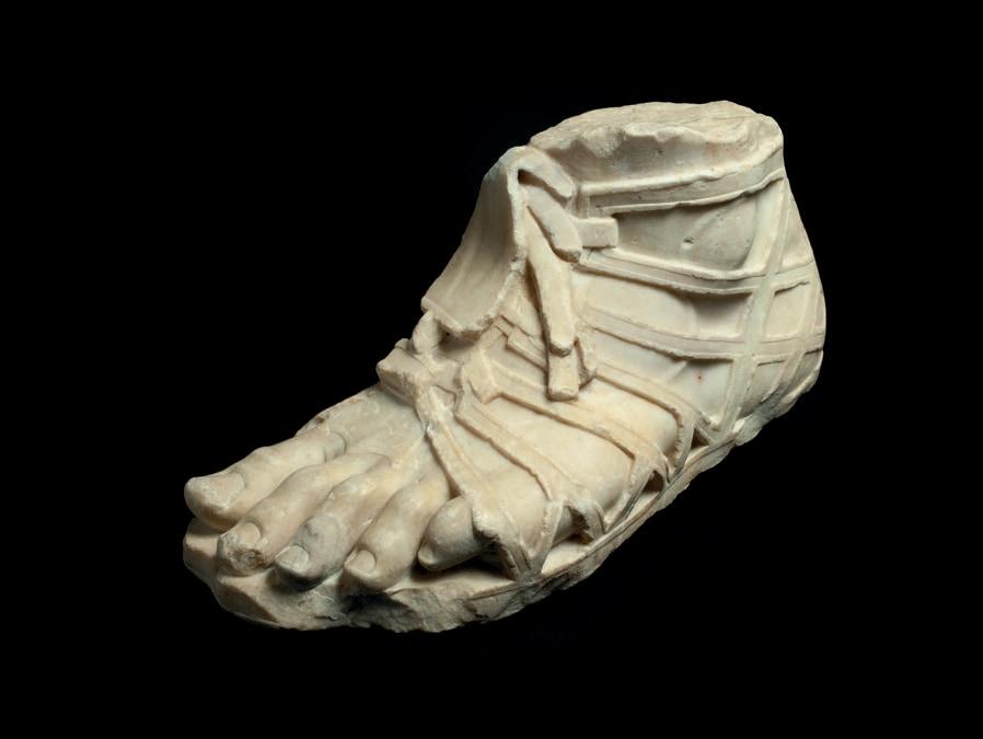 Piede sinistro di statua colossale, I secolo d.C., marmo bianco a piccoli cristalli, forse pentelico. Galleria dei Candelabri, Musei Vaticani, Città del Vaticano