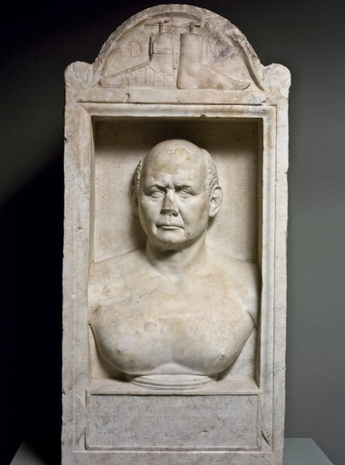Cippo sepolcrale del calzolaio C. Iulius Helius, prima età adrianea (inizi II secolo d.C.), marmo bianco a grana fine. Centrale Montemartini, Musei Capitolini, Roma