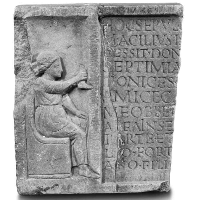 Rilievo frammentario di Septimia Stratonice, II sec. d.C., marmo. Parco Archeologico di Ostia antica, Ostia