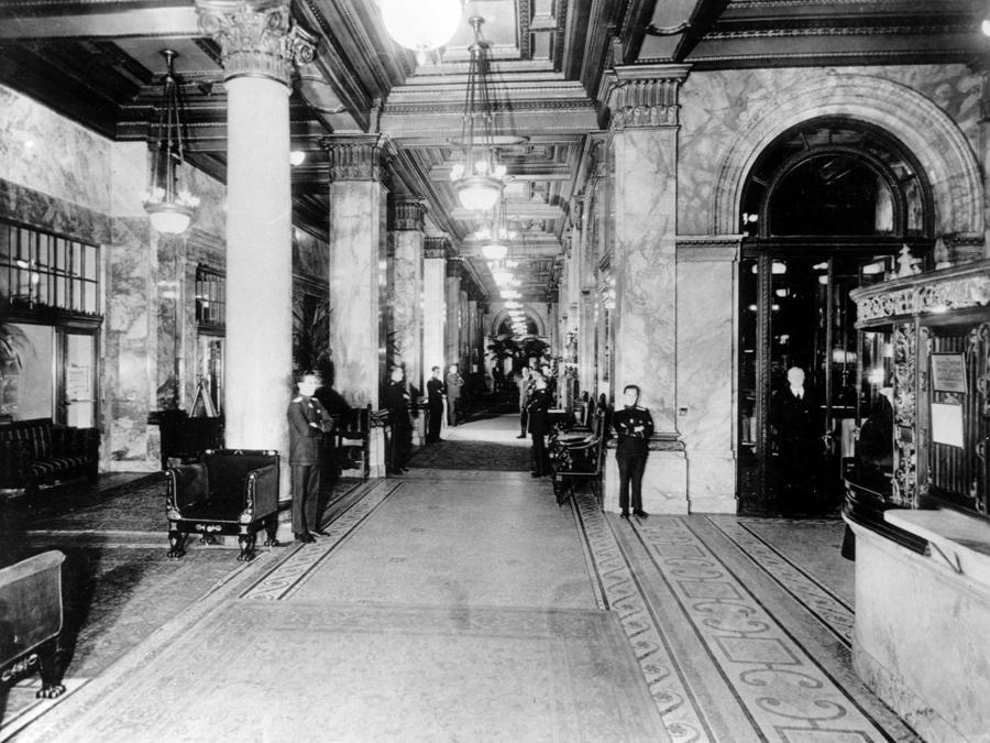 L'interno originale del  Waldorf-Astoria Hotel, nel  i 1930. (AP Photo)