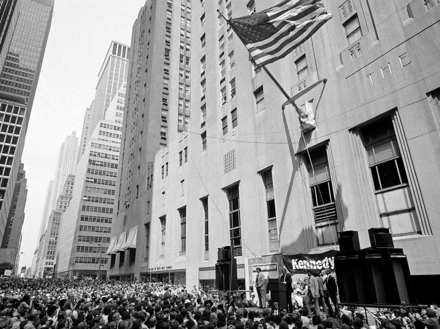 L'esterno del Waldorf-Astoria Hotel nell'agosto 1980. (AP Photo/Charles W. Harrity)
