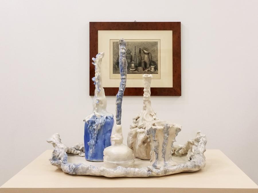 La Galleria d'Arte Maggiore di Bologna è ritornata in fiera dopo un'assenza di 11 anni. Ha allestito uno stand in cui ha messo in dialogo le opere di Morandi e quelle realizzate in ceramica da artisti contemporanei che gli hanno reso omaggio, come Sissi, Bertozzi e Casoni e Luigi Ontani
