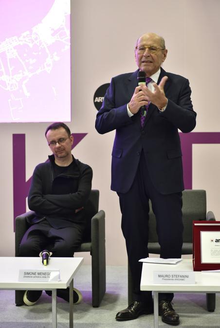 A 80 anni, Roberto Casamonti della galleria Tornabuoni ha ricevuto il premio ANGAMC alla carriera