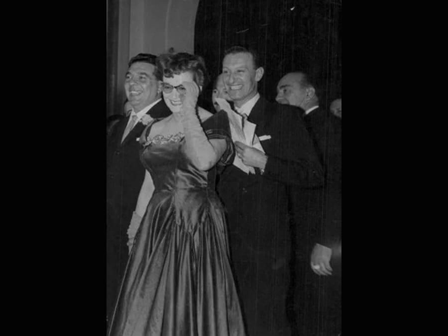 1953. Flo' Sandons con un abito di Gattinoni