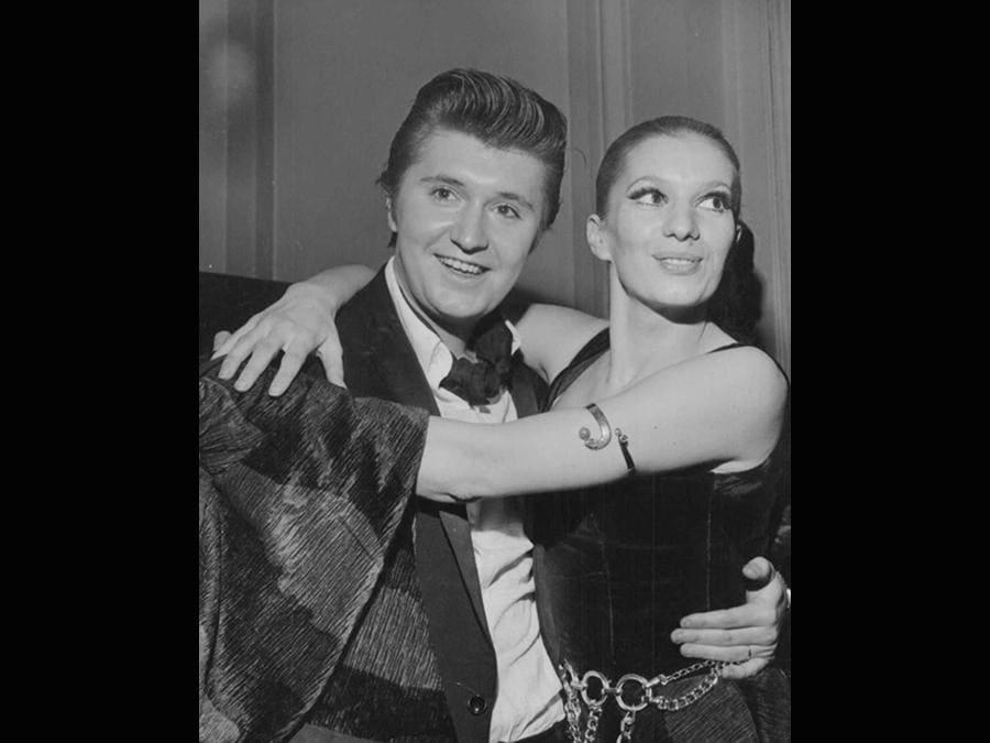 1969. Bobby Solo con Iva Zanicchi: la cantante indossa un abito di Raffaella Curiel