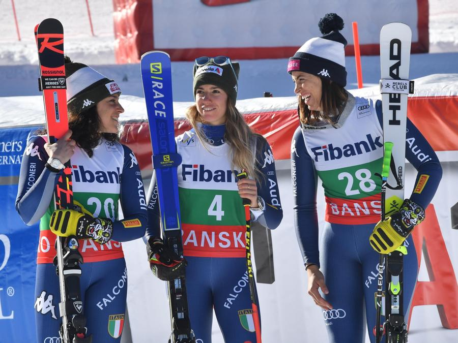 Elena Curtoni (a destra),  Marta Bassino (al centro)  e Frederica Brignone (a sinistra) (EPA/GEORGI LICOVSKI)