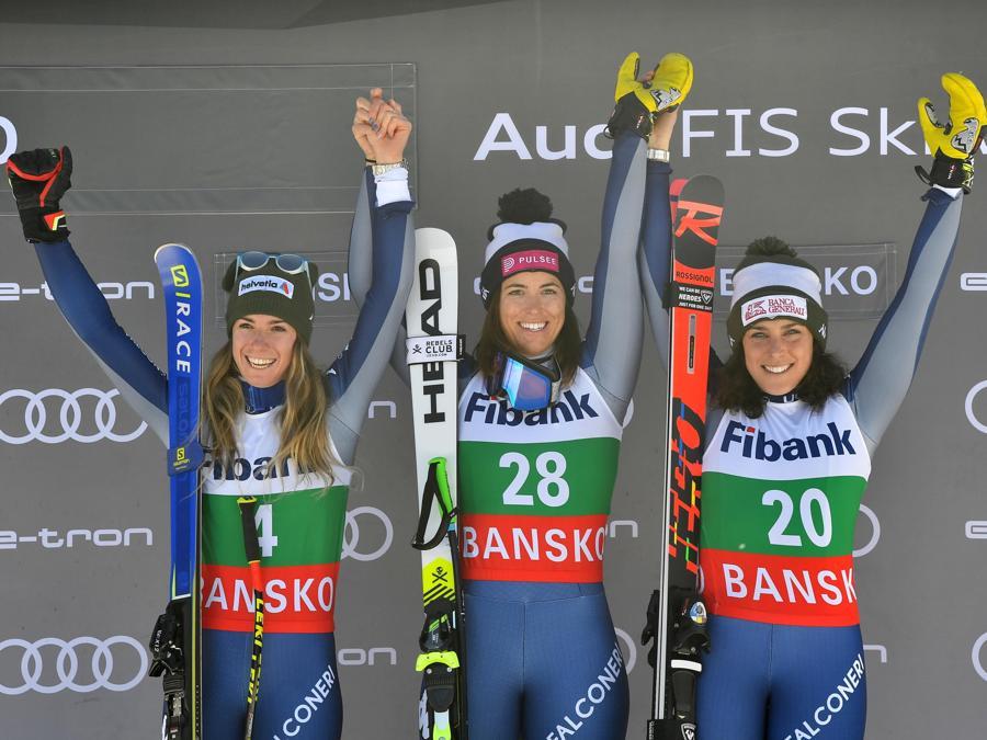 Elena Curtoni (al centro), Marta Bassino (a sinistra) e Frederica Brignone (a destra)   (EPA/GEORGI LICOVSKI)