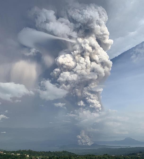 Il vulcano Taal visto dalla città di Tagaytay nella provincia di Cavite, a sud-ovest di Manila. (Photo by Bullit MARQUEZ / AFP)