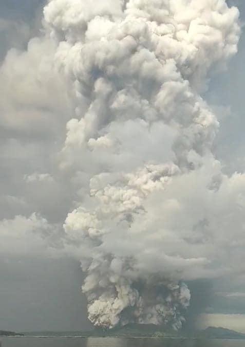 L'eruzione del vulcano Taal  vista da Agoncillo, Batangas, nelle Filippine. JAY DE SAGUN CABRERA /via REUTERS