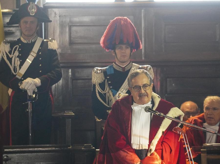 Il Procuratore generale presso la Corte di Appello Luigi Riello in un momento dell'inaugurazione dell'anno giudiziario a Napoli. (ANSA/CESARE ABBATE)