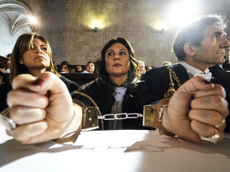 Alcuni avvocati protestano con le manette nel Palazzo di Giustizia fall'inaugurazione dell'anno giudiziario a Napoli. (ANSA/CESARE ABBATE)