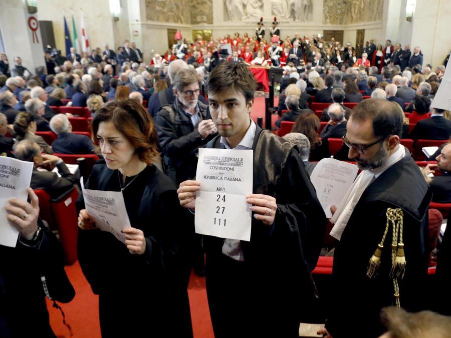 Protesta degli avvocati penalisti contro Piercamillo Davigo durante laa cerimonia di inaugurazione dell'Anno Giudiziario a Palazzo di Giustizia a Milano. (ANSA/Mourad Balti Touati)