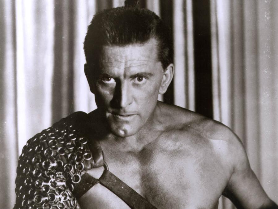 Foto scattata il 31 dicembre 1959 che mostra Kirk Douglas nel film Spartacus. (Photo by HO / AFP)