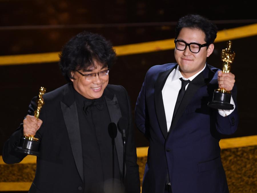 Bong Joon-ho e Han Jin-won vincono il premio per la miglio sceneggiatura per il film Parasite. (Kevin Winter/Getty Images/AFP)