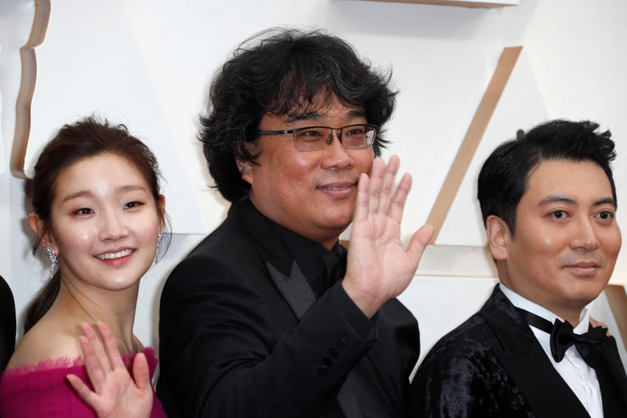 Il regista sud coreano al centro, con gli attori Park So-dam (sinistra) e Park Myung-hoon (destra). (REUTERS/Eric Gaillard)