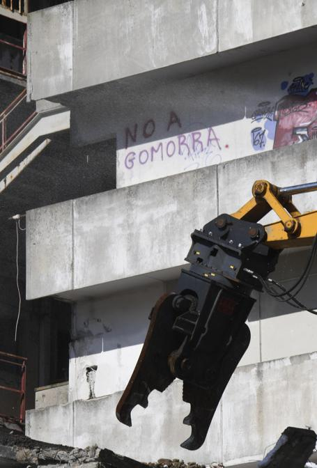 E' iniziata alle ore 11.17 la demolizione della prima delle ultime quattro Vele di Scampia, Napoli, 20 febbraio 2020. In una area di Napoli per anni simbolo di degrado, spaccio di droga, camorra ma anche lotta dei cittadini per ottenere il riconoscimento dei loro diritti, parte così il progetto Re-Start Scampia che prevede, nella prima fase, l'abbattimento delle Vele A, C, D e la rigenerazione della Vela B. L'obiettivo è quello di trasformare la 'Scampia di Gomorra' in una periferia a misura dei cittadini. ANSA/CIRO FUSCO