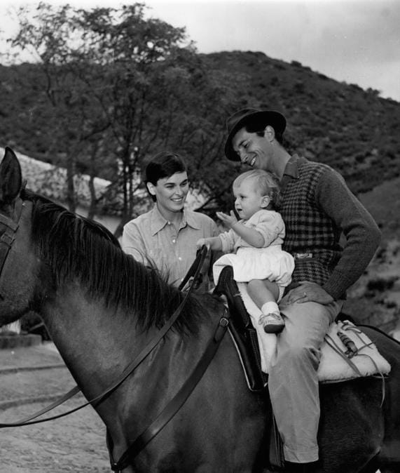 1953 - Lucia Bose guarda con orgoglio il marito Dominguin che insegna al figlio Miguel, di 13 mesi, a prendere confidenza col cavallo. (Foto IPP)