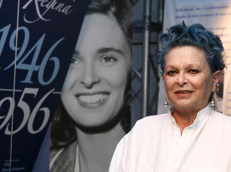 """2006 - L'attrice Lucia Bose, posa durante l'inaugurazione della mostra """"Le corone di Miss Italia"""" a Roma. (Claudio Onorati / Ansa)"""