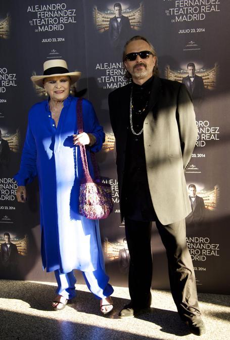 2014 - Lucia Bose col figlio Miguel allo spettacolo di Alejandro Fernandez al Teatro Real di Madrid. (Foto IPP)