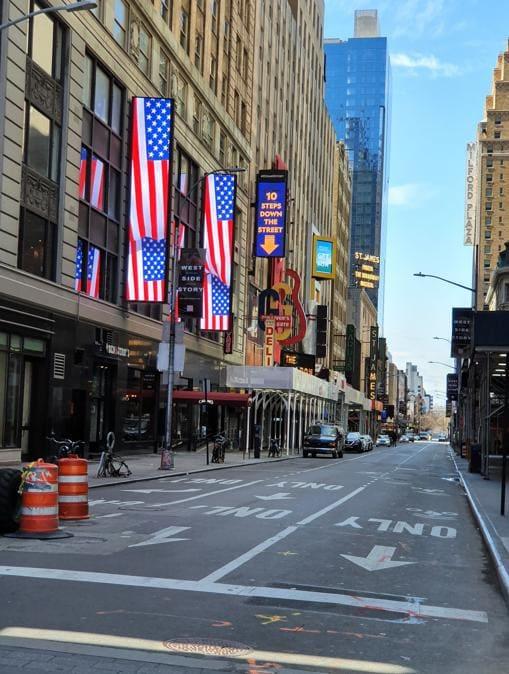Una delle strade con i teatri di Broadway chiusi per la pandemia. Al posto dei cartelloni degli spettacoli le insegne luminose mostrano le bandiere americane.