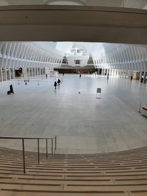 L'Oculus di Santiago Calatrava è un incrocio nevralgico per i pendolari che arrivano ogni giorno a Manhattan. In questi giorni è simile a una enorme cattedrale bianca. Vuota.