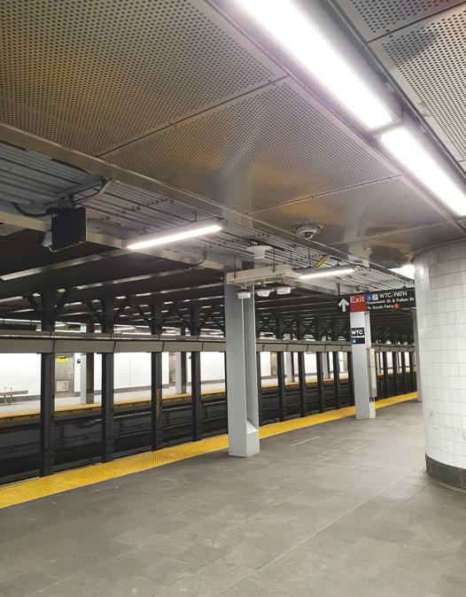 Stazione della metropolitana di New York a Fulton Street. Sulla banchina non c'è nessun passeggero