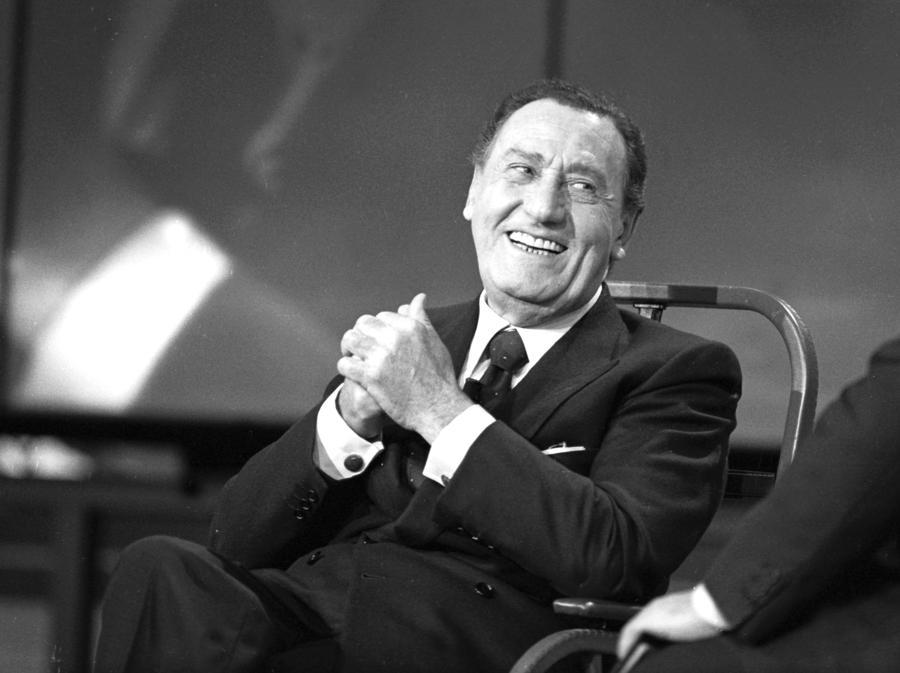 Alberto Sordi al Maurizio Costanzo Show nel 1994 (Agf)