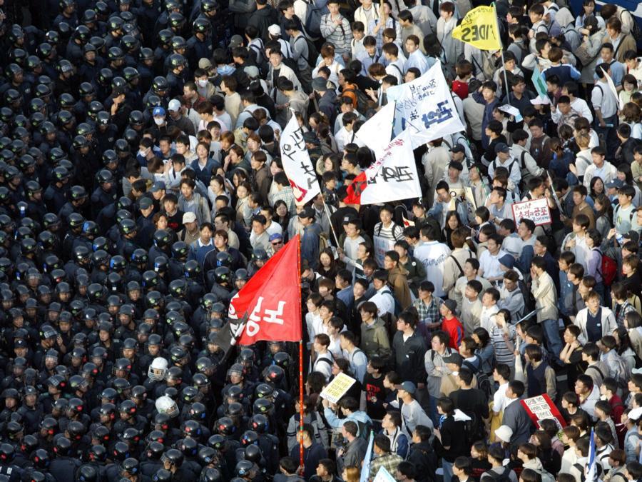 2 aprile 2003, agenti antisommossa bloccano i manifestanti che cercano di marciare sull'Assemblea Nazionale di Seoul per protestare contro l'invio di 700 studenti di medicina e ingegneria in Iraq (Reuters)