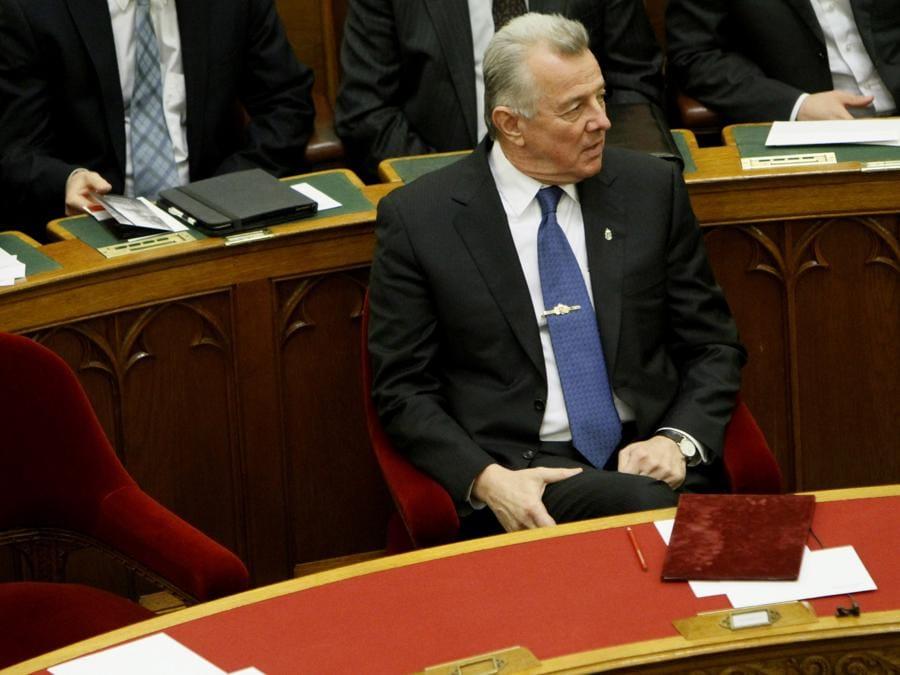 2 aprile 2012, il presidente ungherese Pal Schmitt annuncia le sue dimissioni dopo essere stato privato del dottorato per plagio (Reuters)