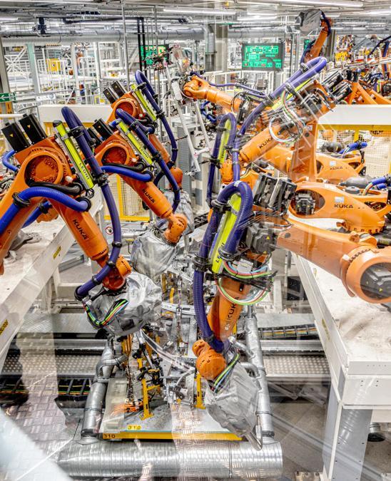 """Lungo le aree dedicate all'assemblaggio c'è un silenzio irreale. Circa 1.700 robot, sistemi di trasporto autonomi e processi di produzione completamente automatizzati. L'assemblaggio delle scocche, rigorosamente in acciaio, è opera dei robot saldatori. È curioso: non ci sono moderne saldatrici laser, ma tradizionali teste ad arco montate sui bracci automatizzati. (Fotografie di Alberto Bernasconi per """"IL"""")"""
