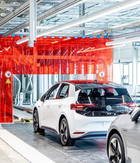 """Volkswagen ID.3 è la prima auto del marchio tedesco nata per essere elettrica e costare quanto una equivalente vettura termica, come per esempio una Golf T di. È una berlina da famiglia a cinque porte lunga 4,26, larga 1,81 e alta 1,55 metri. (Fotografie di Alberto Bernasconi per """"IL"""")"""