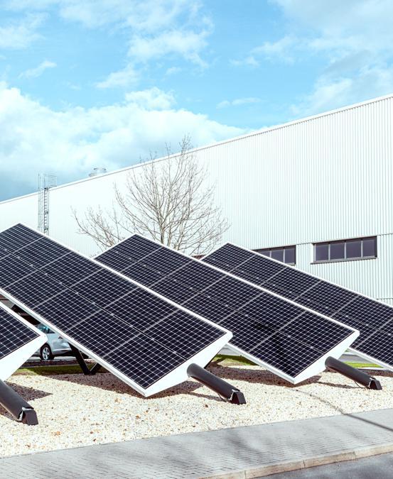 """""""Carbon neutral"""" in tutto il ciclo produttivo. La fabbrica Volkswagen delle auto elettriche di Zwickau è stata concepita per raggiungere questo traguardo che sarà poi esteso ad altri impianti del gruppo. Sono state predisposte azioni a 360 gradi per ridurre, evitare o compensare le emissioni di anidride carbonica lungo l'intero processo produttivo, attraverso l'impiego di rinnovabili e coinvolgendo tutta la catena di fornitura. Ciò vale in particolare per quanto riguarda le batterie, realizzate in Polonia dalla coreana LG Chem. (Fotografie di Alberto Bernasconi per """"IL"""")"""