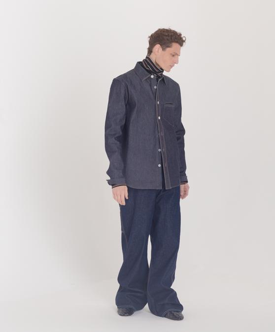 Camicia in denim jeans, salopette in jeans oversize, sabot in pelle intrecciata, Bottega Veneta; dolcevita in cotone, Marni. (fotografie di Pasquale Ettorre per IL. Stylist, Alessandro Cardini)