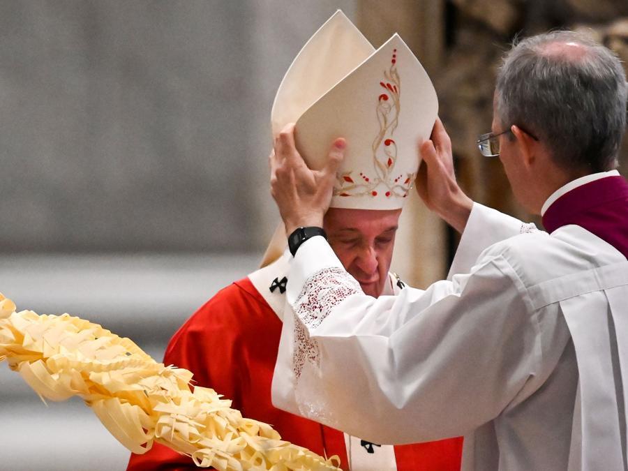 Papa Francesco nella messa per la domenica delle Palme. (Alberto Pizzoli/Pool via REUTERS)